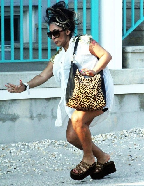 Pregnant 'Jersey Shore' star Nicole 'Snooki' Polizzi takes a tumble in platform sandals in Seaside Heights