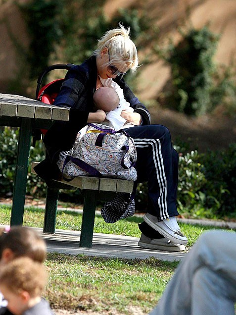 10 Celebrity Moms Who Breastfeed In Public | Celebrity ...
