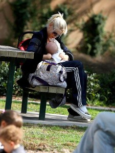 10-celebrity-moms-who-breastfeed-in-public-11-1